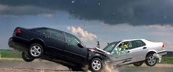 太古广场华人小姐姐被左转大妈怒撞,汽车报废,现场惨不忍睹
