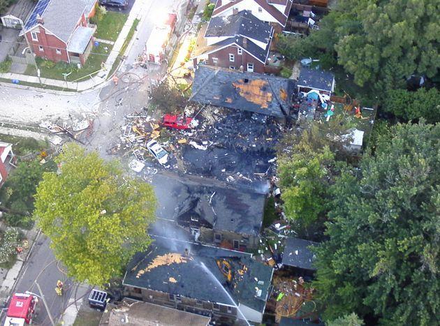 安省女司机撞路冲房引大爆炸,十栋房受损,现场图太!惨!了!