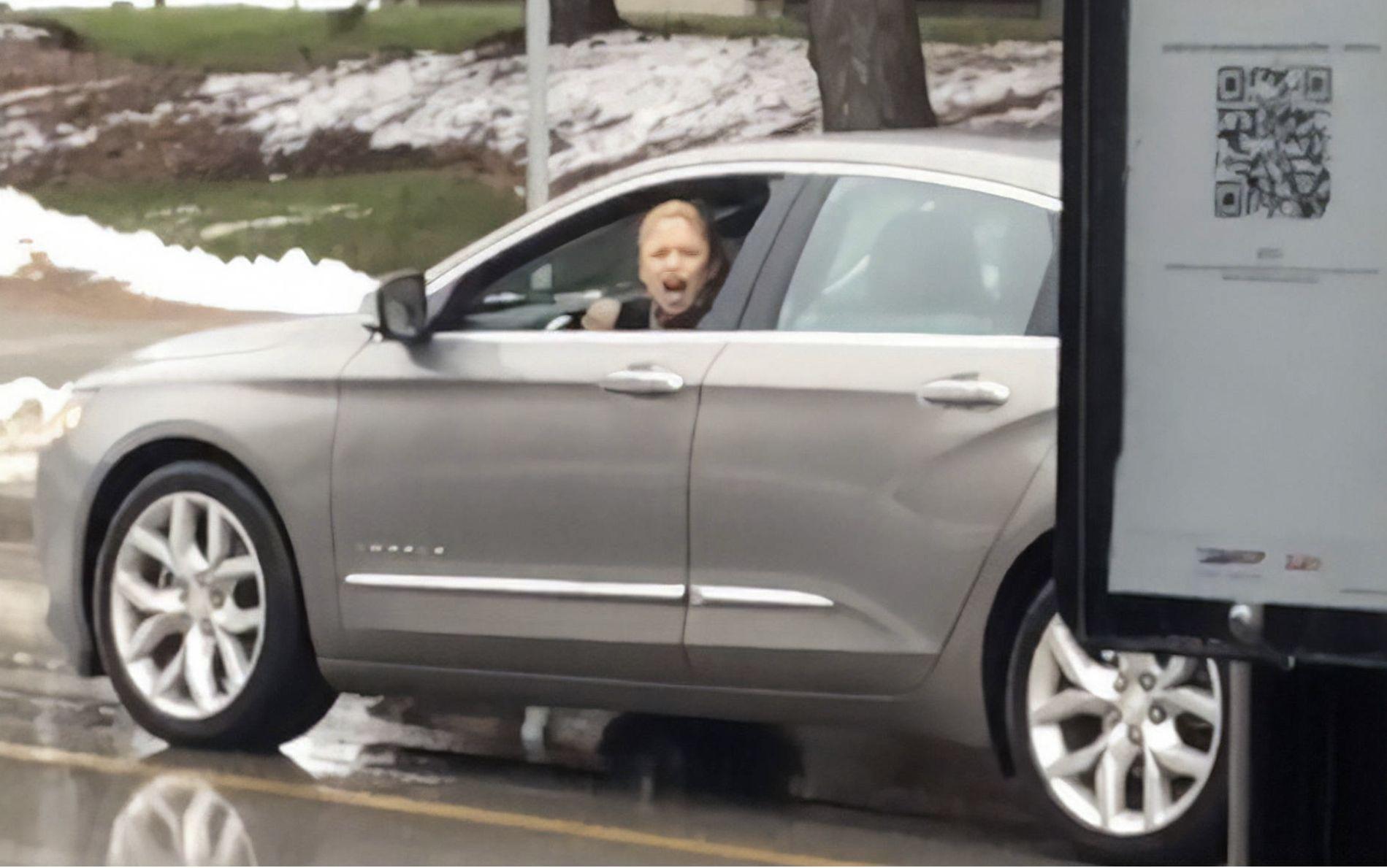 突发!多伦多惊现种族歧视女司机,停在路中间爆粗口辱骂无辜路人!