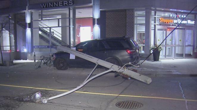 酒驾?多伦多一SUV撞倒电线杆后弃车逃逸