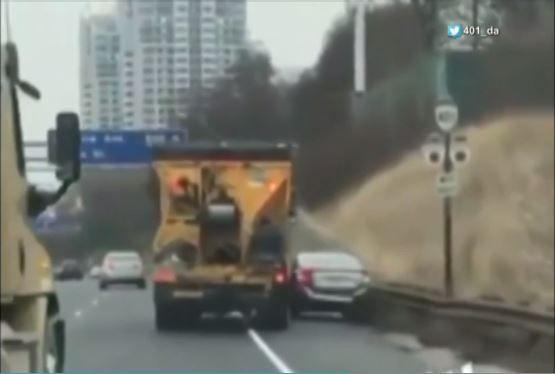 401高速惊人一幕:大卡车将轿车险些挤扁!