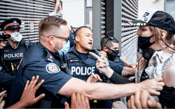 多伦多大批租客欲闯市长楼,与警察爆发冲突
