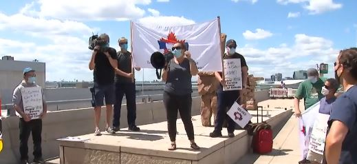 美国疫情失控,加拿大人示威要求关闭边境